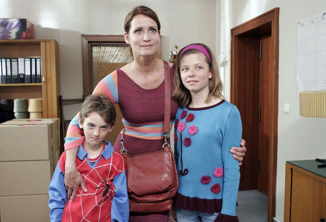 Eva (Anja Kling, M.) sieht endlich eine Chance für ihre Zukunft und die ihrer Kinder Ben (Joel Eisenblätter, l.) und Anna (Leonie Kahl, r.) ... - Bildquelle: Noreen Flynn Sat.1
