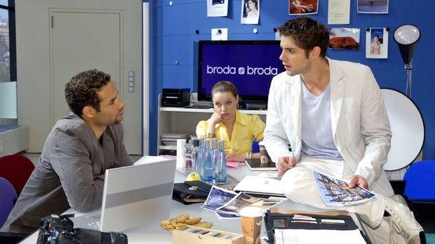 Jonas (Roy Peter Link, r.) erfährt von Jannick (Mike Adler, l.), dass Anna be...