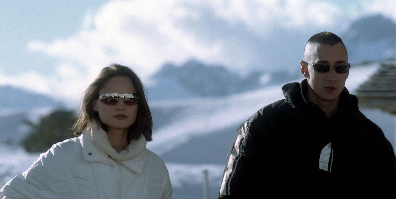 Schon bald verliebt sich Gaspard in Joshs (Grégoire Colin, r.) bezaubernde Freundin Ethel (Juliette Goudot, l.) ... - Bildquelle: Canal+