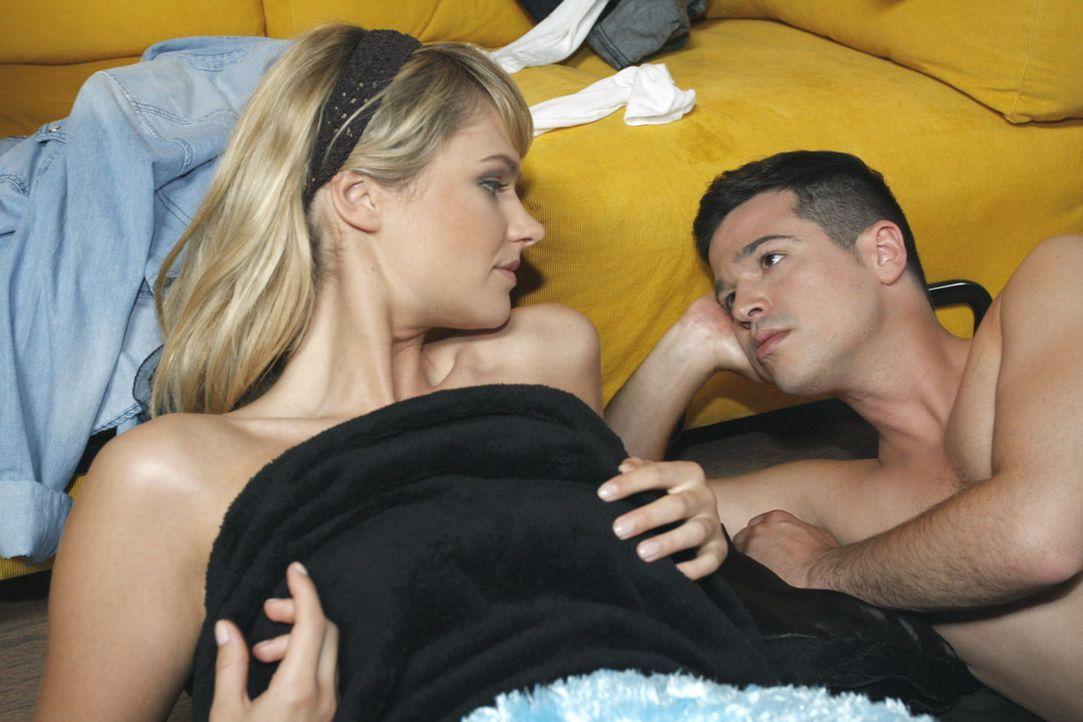 Bilge (Olgu Caglar, r.) wird bewusst, dass der Sex nichts an Jessicas (Isabell Ege, l.) Gefühlen für ihn geändert hat ... - Bildquelle: SAT.1
