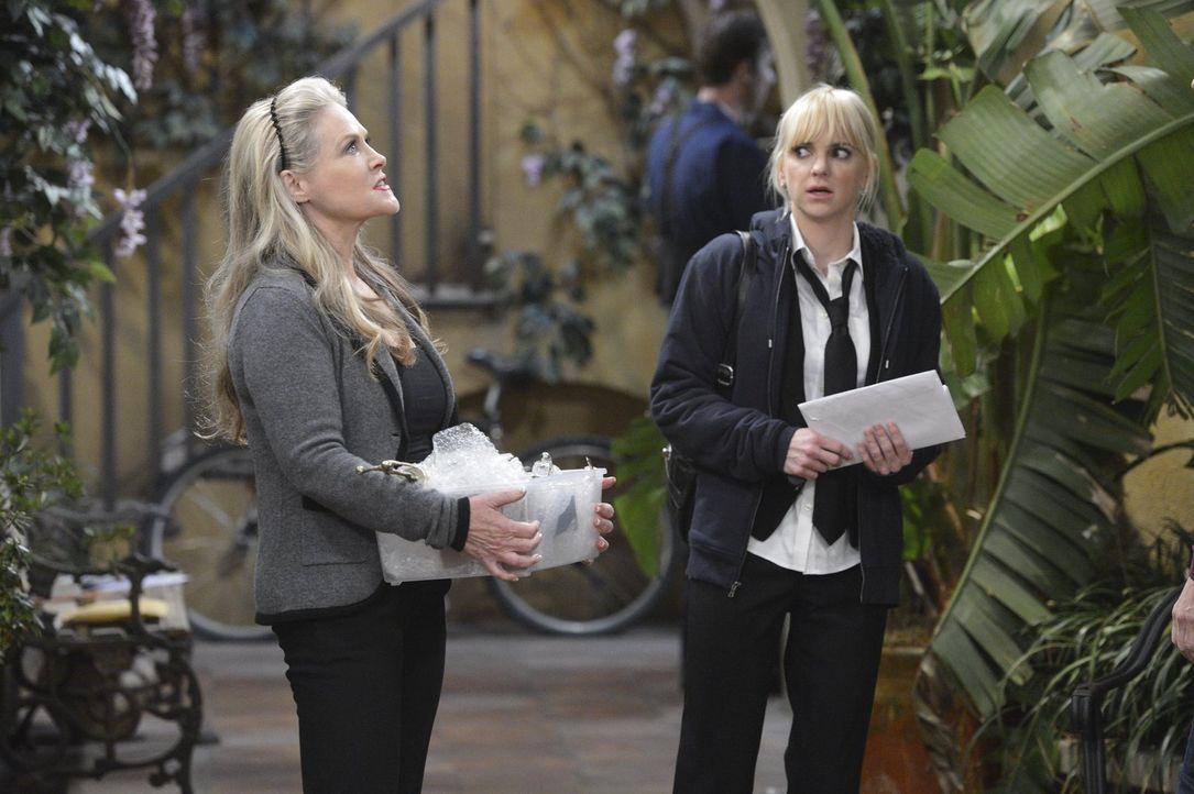 Die Rivalität zwischen ihrer Mutter Bonnie und Lorraine (Beverly D'Angelo, l.) ist dank Alvins Tod auf einer neuen Spitze. Christy (Anna Faris, r.)... - Bildquelle: Warner Bros. Television