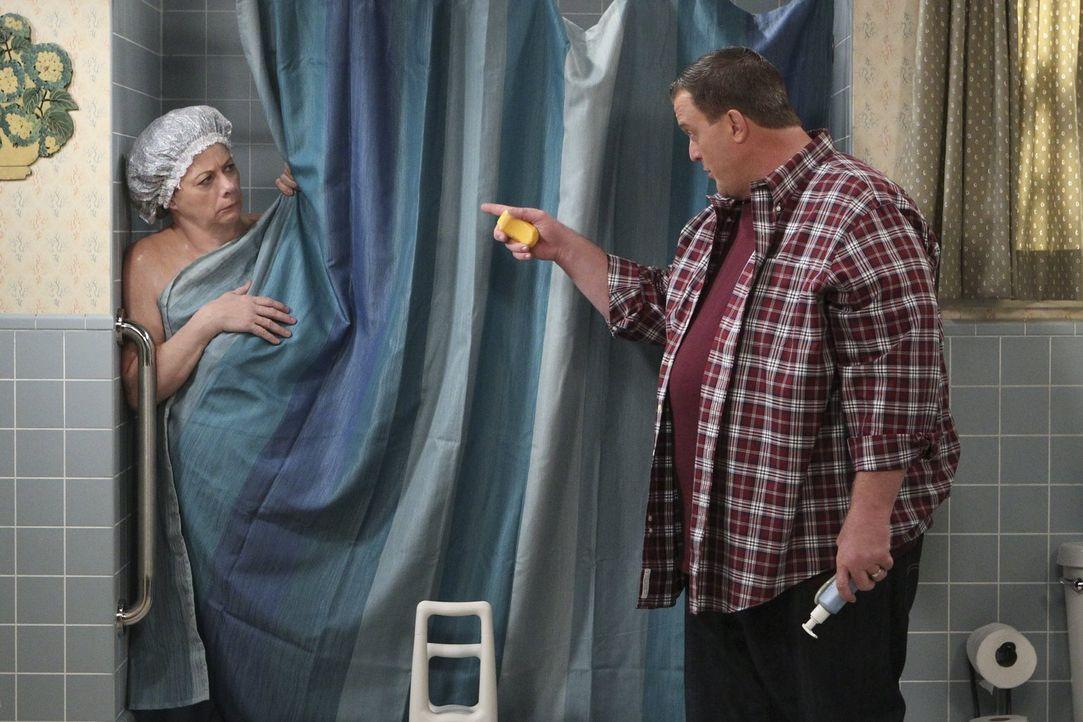 Beim Abendessen mit Mike (Billy Gardell, r.) und Molly bricht Peggy (Rondi Reed, l.) aufgrund einer Herzattacke zusammen. Wieder zuhause lässt Mike... - Bildquelle: Warner Brothers