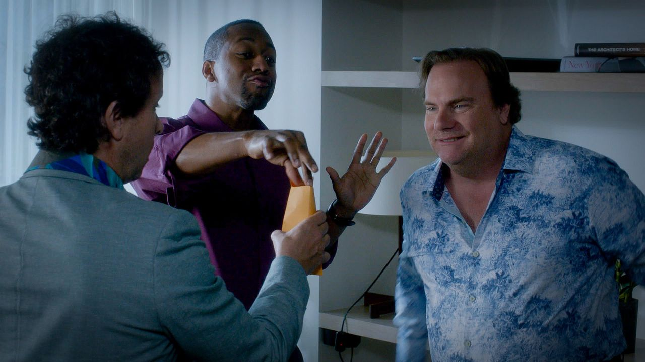 Während das Team herausfinden muss, ob Mickey Dickson (Kevin Farley, r.), Nolan Fremont (Jaleel White, M.) und Jake Lockhard (Pauley Shore, l.) etwa... - Bildquelle: 2015 CBS Broadcasting Inc. All Rights Reserved.