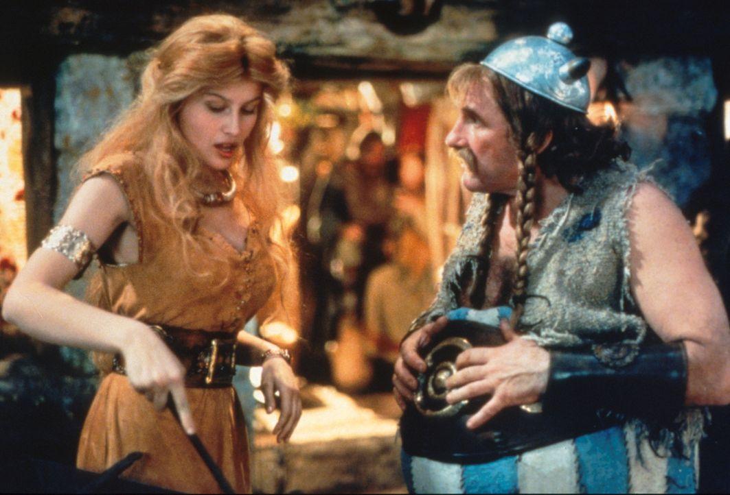 Asterix und Obelix (Gerald Depardieu, l.) sollen den Druiden Miraculix befreien, doch durch die unglückliche Liebe zu der hübschen Falbala (Laetita... - Bildquelle: Constantin Film