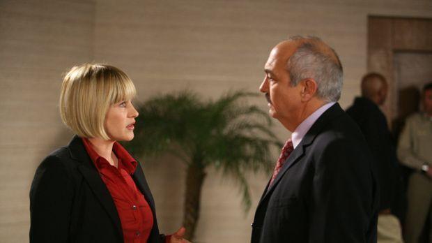 Allison (Patricia Arquette, l.) erzählt Devalos (Miguel Sandoval, r.) von ihr...