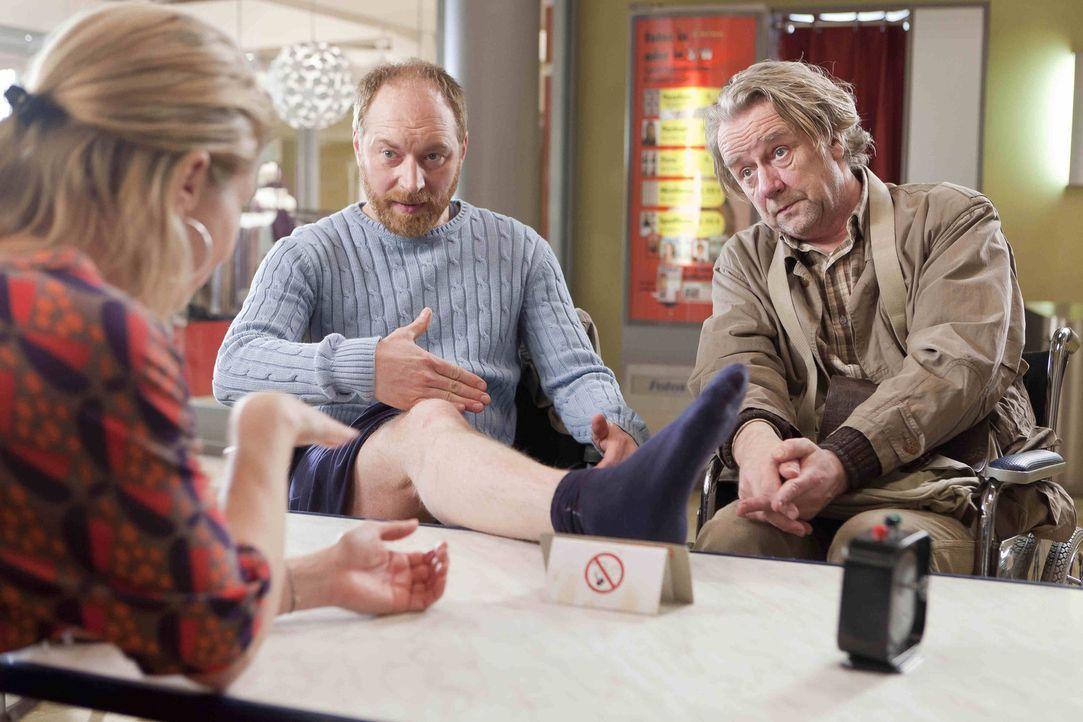 Kurts (Axel Siefer, r.) neuer Freund Tom (Rainer Sellien, M.), möchte die Amputation seines gesunden Beines einklagen und gemeinsam bitten sie Dann... - Bildquelle: SAT.1