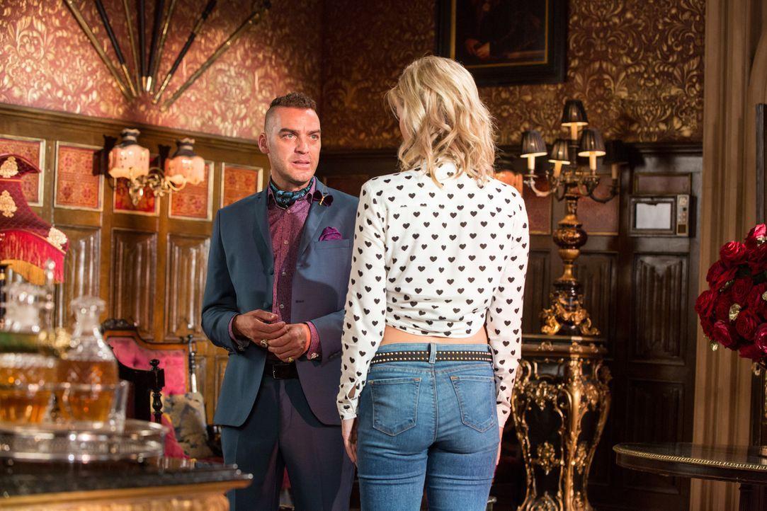 Neuigkeiten ereilen den Palast, während Cyrus (Jake Maskall, l.) ganz spezielle Hilfe bei Lana (Sasha Jackson, r.) sucht ... - Bildquelle: Colin Hutton 2016 E! Entertainment Television, LLC