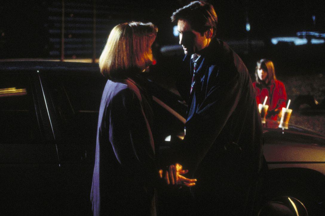 Mulder (David Duchovny, M.) und Scully (Gillian Anderson, l.) stehen fassungslos der Tochter eines Mordopfers gegenüber, die der Tochter eines ande... - Bildquelle: TM +   Twentieth Century Fox Film Corporation. All Rights Reserved.