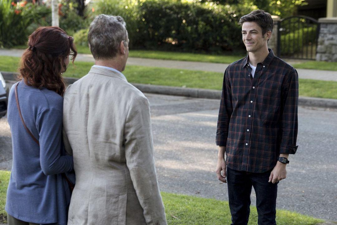 Barry (Grant Gustin, r.) glaubt, seinen Traum zu leben, in dem seine Eltern Nora (Michelle Harrison, l.) und Henry (John Wesley Shipp, M.) am Leben... - Bildquelle: 2016 Warner Bros.