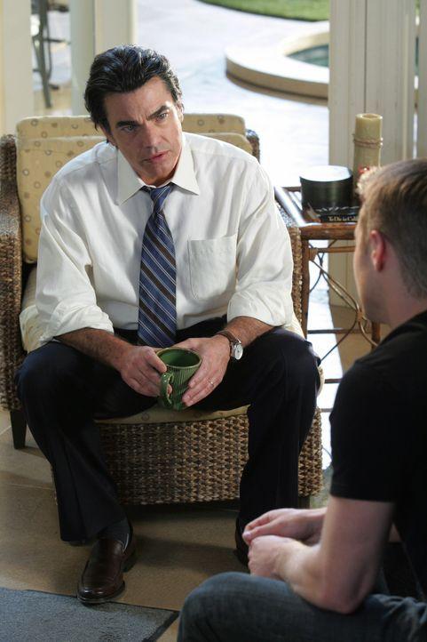 Ryan (Benjamin McKenzie, r.) nimmt Sandys (Peter Gallagher, l.) Rat an und spricht noch einmal mit Taylor ... - Bildquelle: Warner Bros. Television