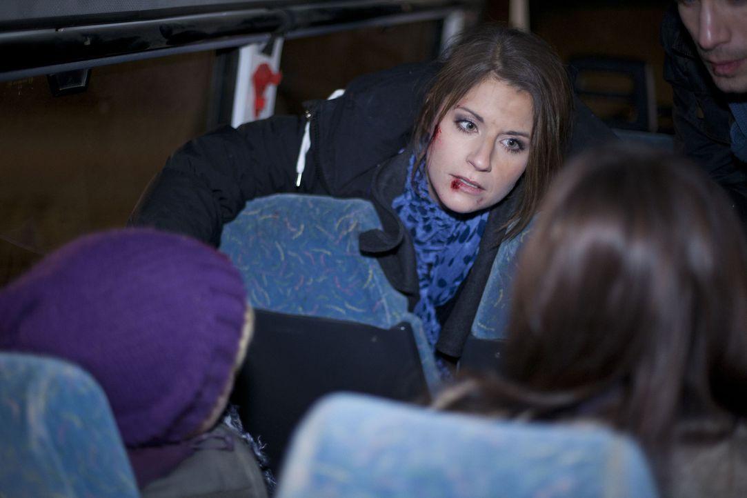 Bea (Vanessa Jung) macht sich schreckliche Sorgen um ihre Schüler - haben alle den Unfall gesund überstanden? - Bildquelle: SAT.1