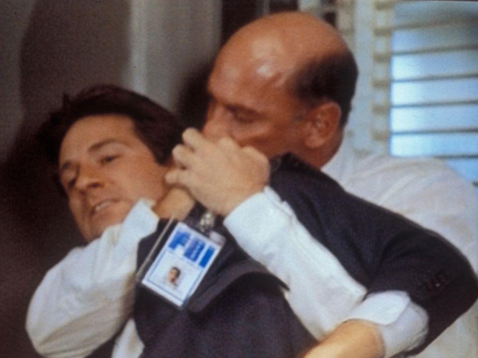 Mulder (David Duchovny, l.) und Skinner (Mitch Pileggi, l.), der stellvertretende Direktor des FBI, geraten auf dem Flur in Handgreiflichkeiten. - Bildquelle: TM +   Twentieth Century Fox Film Corporation. All Rights Reserved.