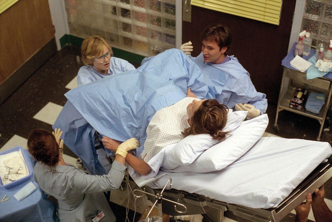 Carter (Noah Wyle, r.) und Lewis (Sherry Stringfield, 2.v.l.) führen eine erfolgreiche Operation durch. - Bildquelle: TM+  WARNER BROS.