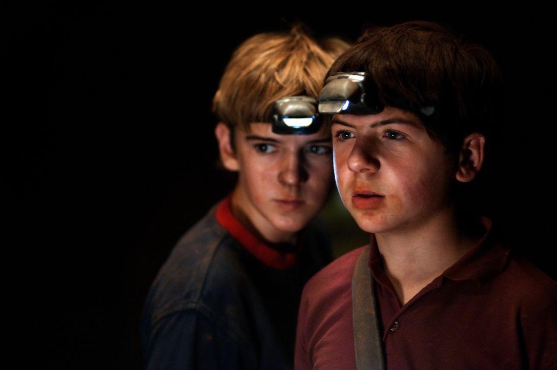 Auf der geheimnisvollen Insel geraten die Freunde Justus (Chancellor Miller, r.) und Peter (Nick Price, l.) in große Gefahr, denn in der Höhle wohnt... - Bildquelle: Buena Vista Pictures