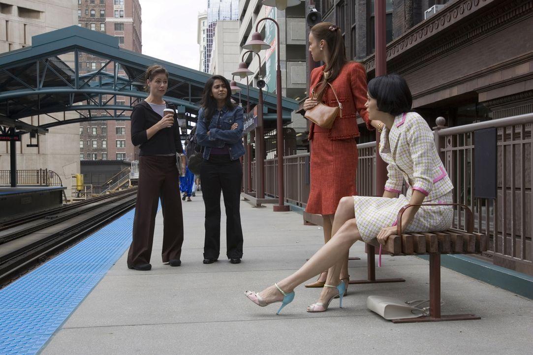 Als Abby (Maura Tierney, l.) und Neela (Parminder Nagra, 2.v.l.) in der S-Bahn zur Arbeit fahren, machen sich die zwei äußerst eingebildeten, durch... - Bildquelle: Warner Bros. Television
