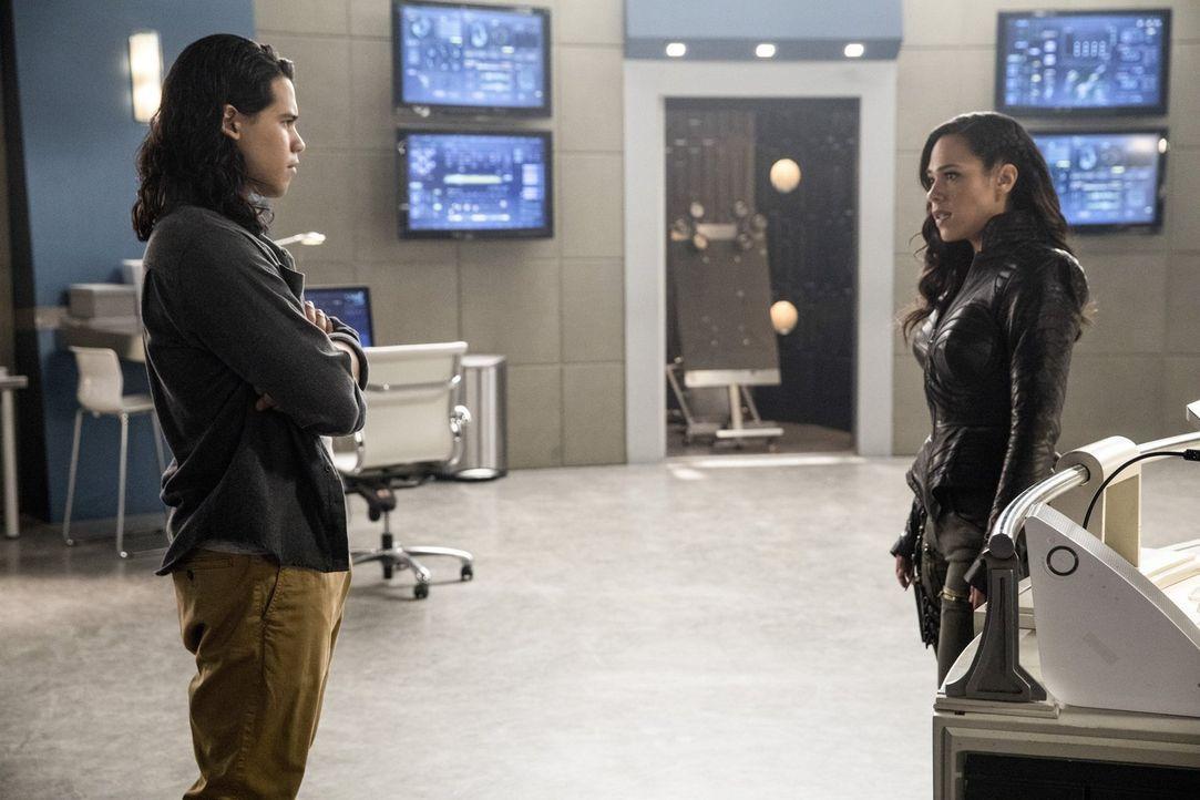 Noch ahnt Cisco (Carlos Valdes, l.) nicht, dass Gypsys (Jessica Camacho, r.) Ankunft kein freundliches Wiedersehen wird ... - Bildquelle: 2016 Warner Bros.