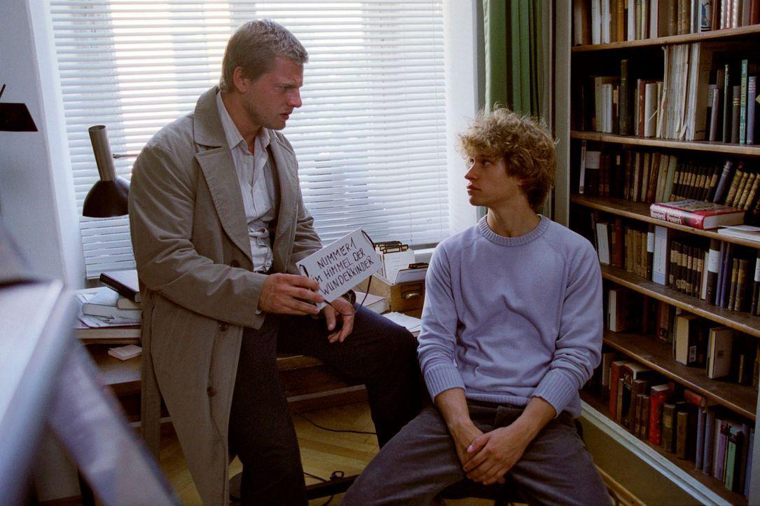 Leo (Henning Baum, l.) zeigt dem reichlich arroganten Daniel Aderhold (Vinzenz Kiefer, r.) das Schild, das der tote Jan-Henrik um den Hals hängen ha... - Bildquelle: Christian A. Rieger Sat.1