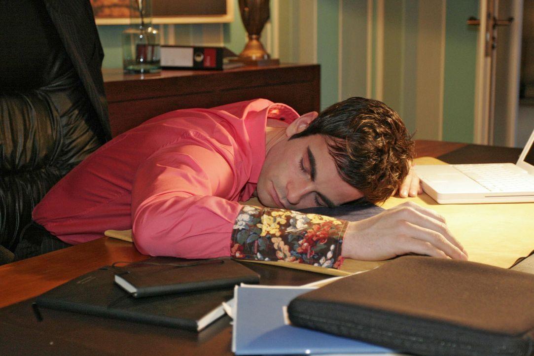 Über die Sorge um Mariella ist David (Mathis Künzler) am Schreibtisch eingeschlafen. - Bildquelle: Noreen Flynn Sat.1