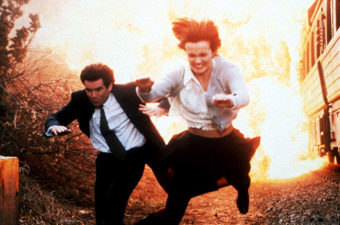 Izabella-Scorupco-Pierce-Brosnan-James-Bond-Golden-Eye-1995-WENN-com - Bildquelle: dpa