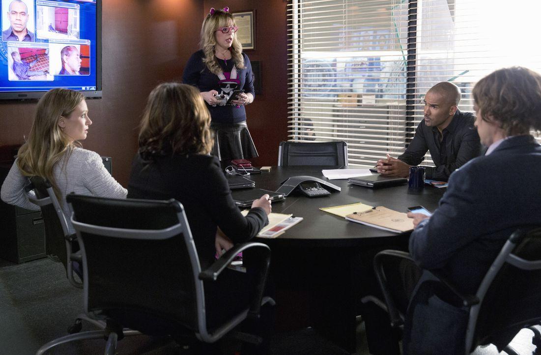 Ein neuer Fall wartet auf das BAU-Team: JJ (AJ Cook, l.), Kate (Jennifer Love Hewitt, 2.v.l.), Garcia (Kirsten Vangsness, M.), Derek (Shemar Moore,... - Bildquelle: ABC Studios