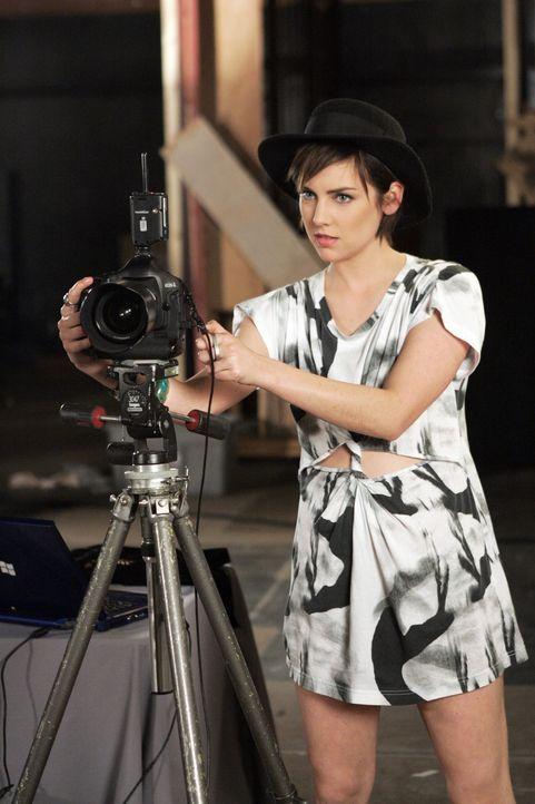 Silver (Jessica Stroup) hilft Ade beim Dreh für ihre Realityshow. - Bildquelle: TM &   CBS Studios Inc. All Rights Reserved