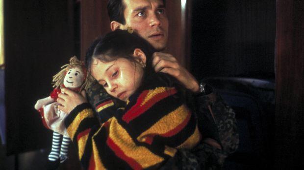 Sven Tauchert (Ralf Bauer, r.) und seine kleine Tochter Laura (Valea Scalabri...