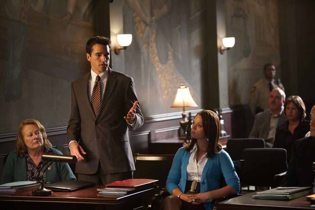 Grayson (Jackson Hurst, M.) und Kim (Kate Levering, r.) vertreten die süße ältere Dame Millie (Shirley Knight), die sich weigert, ihr Haus an ein... - Bildquelle: 2009 Sony Pictures Television Inc. All Rights Reserved.