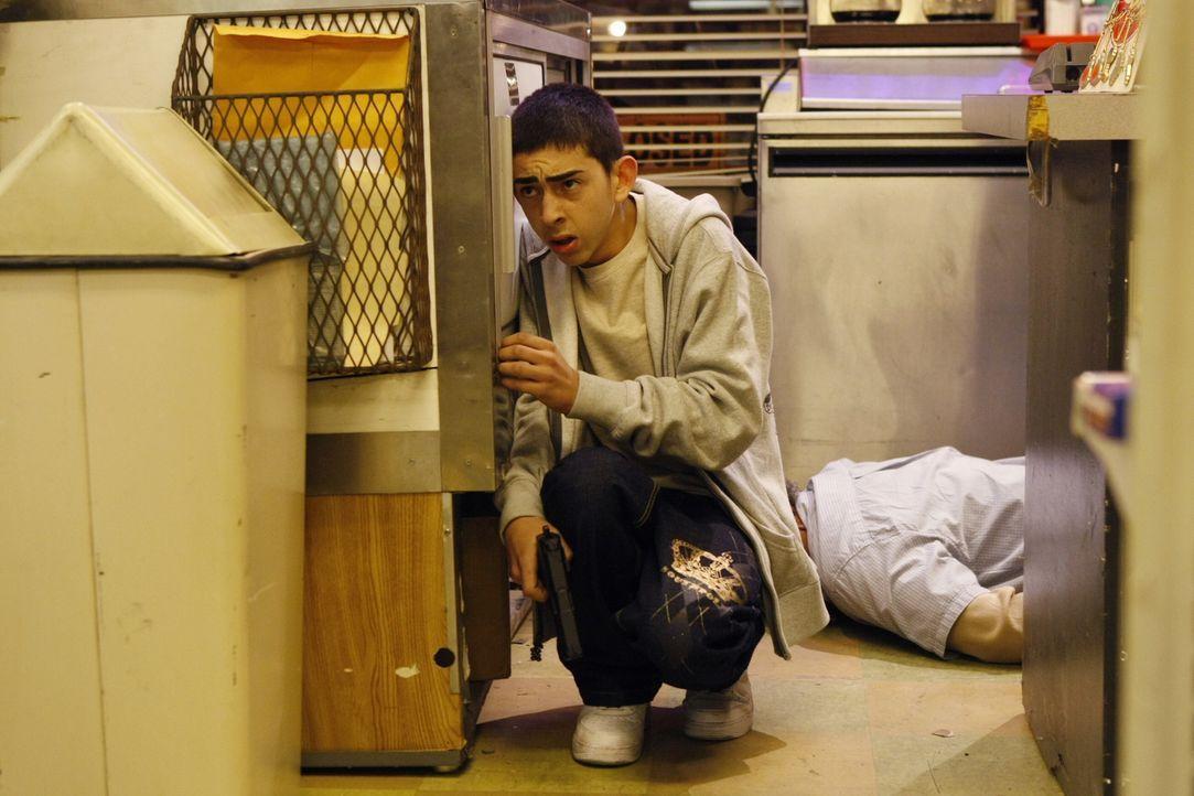 Kann die Polizei den jungen Gabriel Ariza (Mateo Arias, l.) stellen? - Bildquelle: Warner Bros. Television