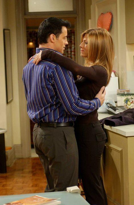 """Rachel (Jennifer Aniston, r.) und Joey (Matt LeBlanc, l.) wollen """"es"""" endlich tun, aber es klappt einfach nicht, denn sie sind noch zu sehr in ihrer... - Bildquelle: 2003 Warner Brothers International Television"""