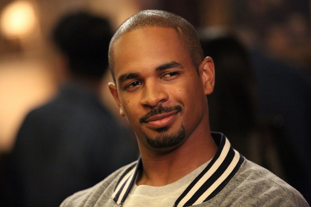 Coach (Damon Wayans Jr.) ist sich sicher, dass sein Körper überdurchschnittlich gut ist und er keine Makel hat ... - Bildquelle: 2014 Twentieth Century Fox Film Corporation. All rights reserved.