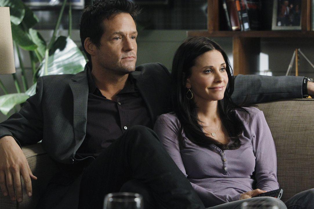 Jules (Courteney Cox, r.) erhofft sich für den Valentinstag, dass Grayson (Josh Hopkins, l.) ihr endlich seine Gefühle zeigt. Als sie versucht, di... - Bildquelle: 2010 ABC INC.