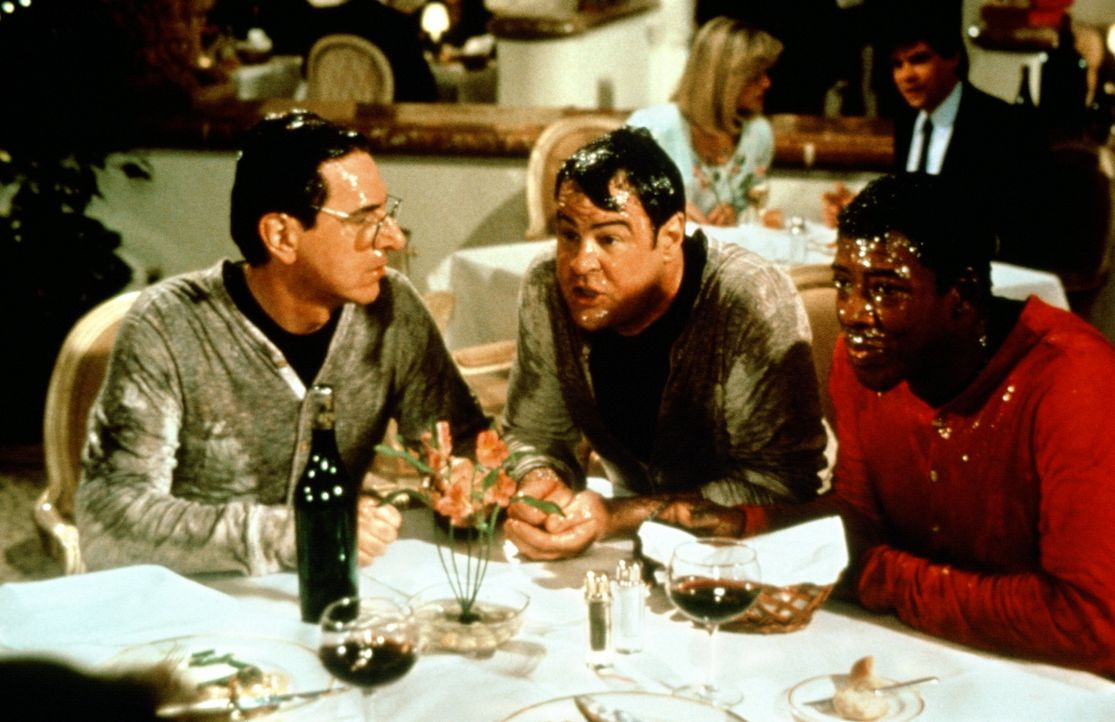 Total vollgeschleimt fallen Spengler (Harold Ramis, l.), Stantz (Dan Aykroyd, M.) und Zeddemore (Ernie Hudson, r.)  im besten Restaurant der Stadt e... - Bildquelle: 1989 Columbia Pictures Industries, Inc. All Rights Reserved.