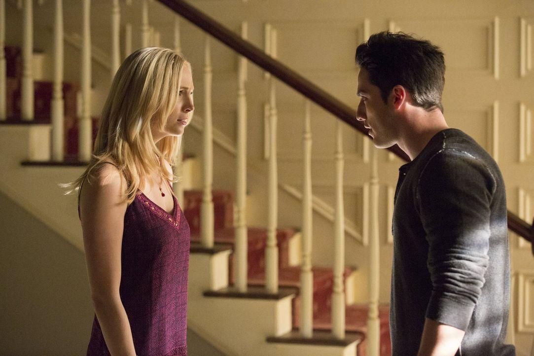 Caroline (Candice Accola, l.) und Tyler (Michael Trevino, r.) versuchen, auf freundschaftlicher Basis miteinander umzugehen, aber das wird schwerer... - Bildquelle: Warner Brothers