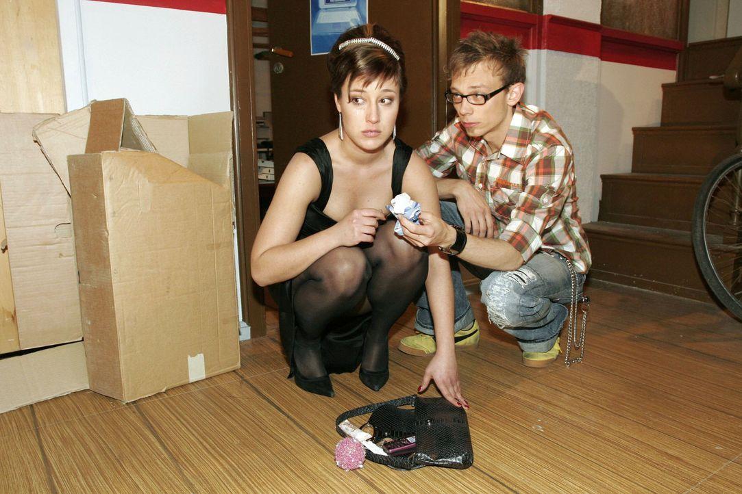 Wütend und enttäuscht lässt die von Max geprellte Yvonne (Bärbel Schleker, l.) vor Jürgen (Oliver Bokern, r.) ihren Gefühlen freien Lauf. - Bildquelle: Sat.1