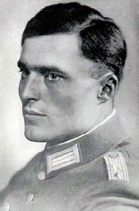 Am 20. Juli 1944 deponiert Claus Schenk Graf von Stauffenberg eine Sprengladung im Führerhauptquartier Wolfsschanze. Hitler wird nur leicht verletzt... - Bildquelle: Universal History Archive/Getty Images