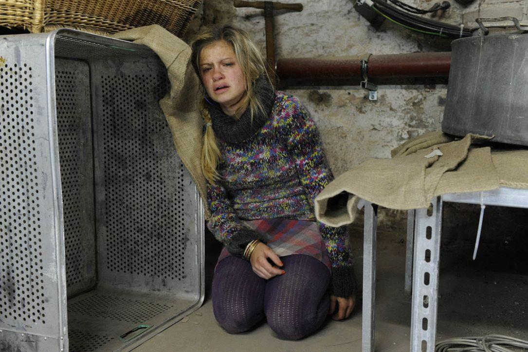 Vergeblich sucht Mia (Josephine Schmidt) im Kellerverlies auf Schloss Hackforth nach einem Ausweg ... - Bildquelle: SAT.1