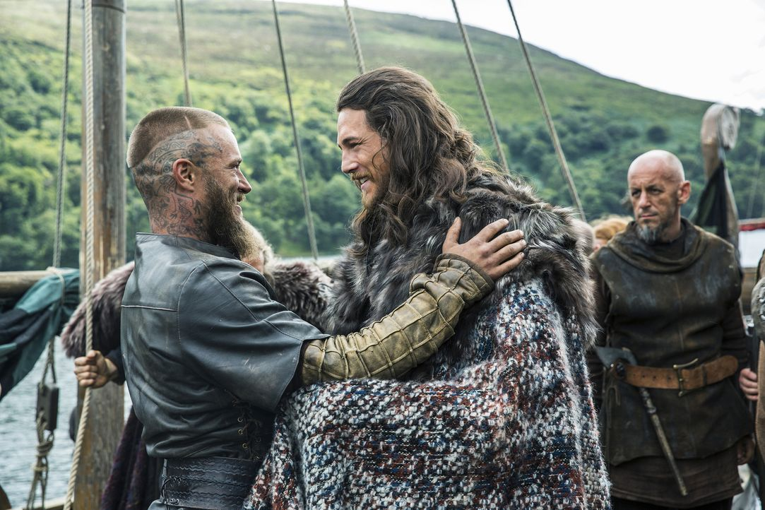 Jarl Kalf (Ben Robson, r.) und einige andere Wikinger schließen sich der Idee von Ragnar (Travis Fimmel, l.) an, Paris zu erobern, während Judith we... - Bildquelle: 2015 TM PRODUCTIONS LIMITED / T5 VIKINGS III PRODUCTIONS INC. ALL RIGHTS RESERVED.