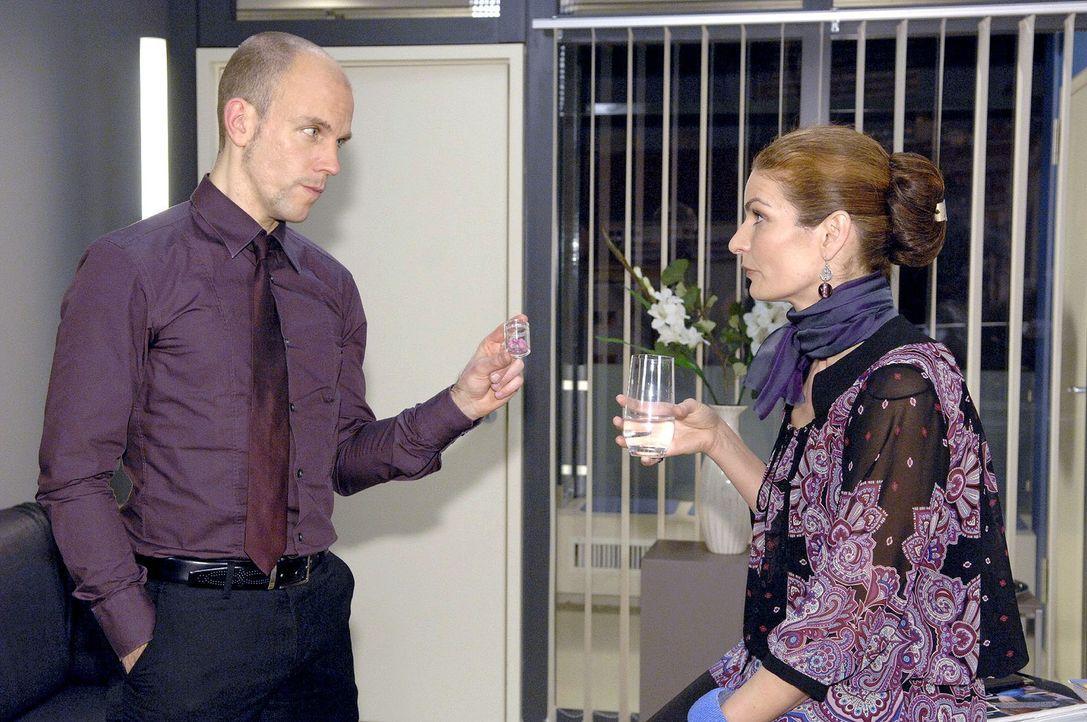 Gerrit (Lars Löllmann, l.) versucht Natascha (Franziska Matthus, r.) davon abzuhalten, dass sie Anna aus der Agentur wirft. - Bildquelle: Claudius Pflug Sat.1