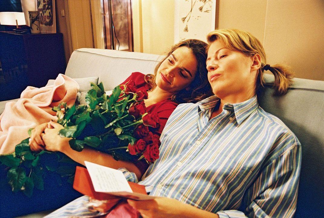 Sandra (Rebecca Immanuel, l.) und Patricia (Barbara Demmer, r.) sind fasziniert von Alexanders Liebesgedichten ... - Bildquelle: Hardy Spitz Sat.1