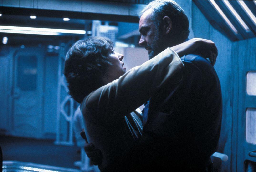 Carol (Kika Markham, l.); O'Niel (Sean Connery, r.) - Bildquelle: 1981 Warner Bros. Entertainment Inc. All rights reserved.