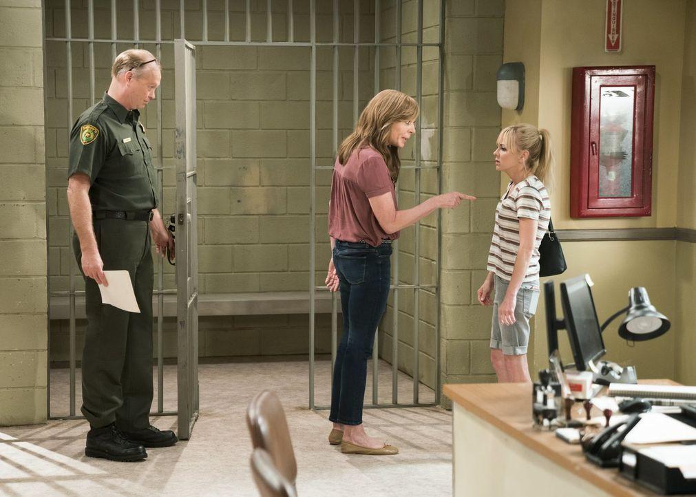 Für rechtswidriges Verhalten vor Jahren nimmt Sergeant Reubenzer (Bill Fagerbakke, l.) Bonnie (Allison Janney, M.) in Gewahrsam, während diese eigen... - Bildquelle: 2018 Warner Bros.