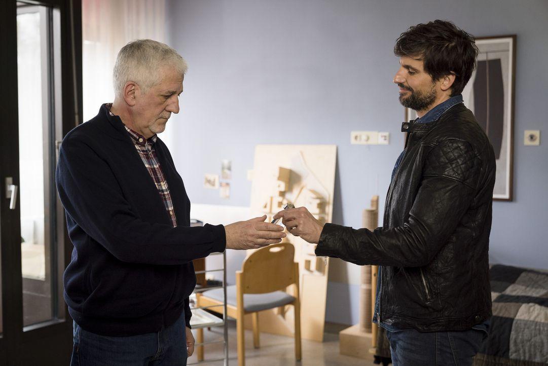 Nach vielen Jahren nimmt John Winter (Tom Beck, r.) wieder Kontakt zu seinem Vater (Ilja Richter, l.) auf - und muss erkennen, dass er ihn schmerzli... - Bildquelle: Stephan Rabold SAT.1