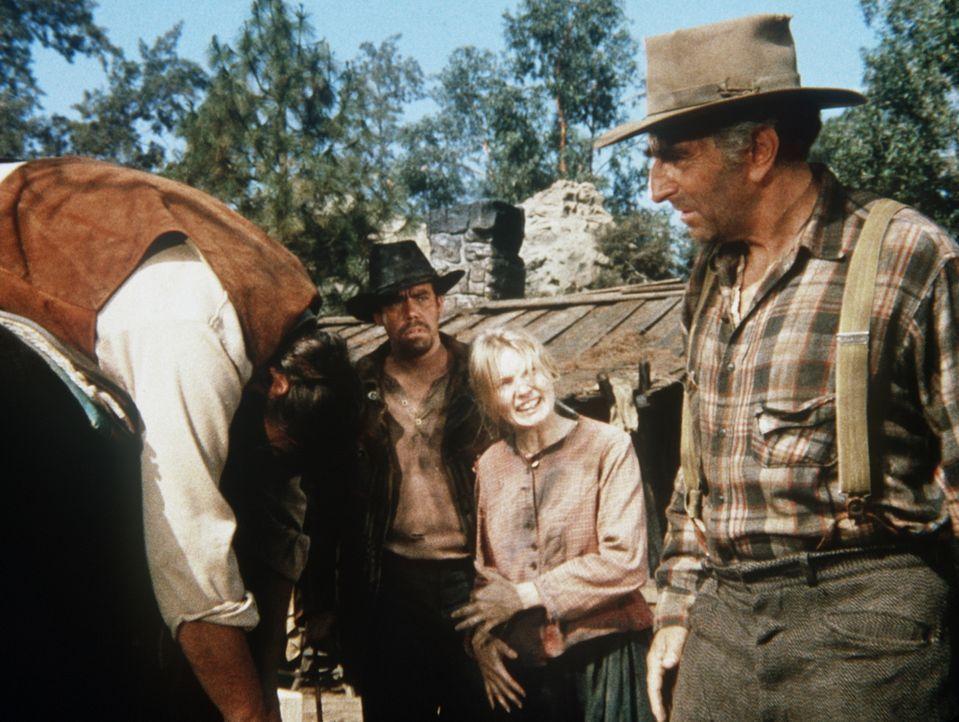 Hoss Cartwright (Dan Blocker, l.) wurde angeschossen. Während Tom Brennan (John Schuck, 2.v.l.) und seine Frau Dilsey (Beth Brickell, 2.v.r.) ihn pf... - Bildquelle: Paramount Pictures
