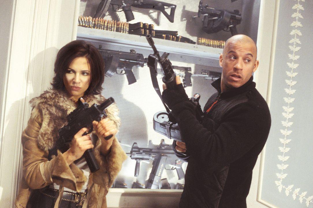 Kein leichtes Spiel für Xander (Vin Diesel, r.), sich der hübschen Yelena (Asia Argento, l.) zu entziehen ... - Bildquelle: 2003 Sony Pictures Television International. All Rights Reserved.