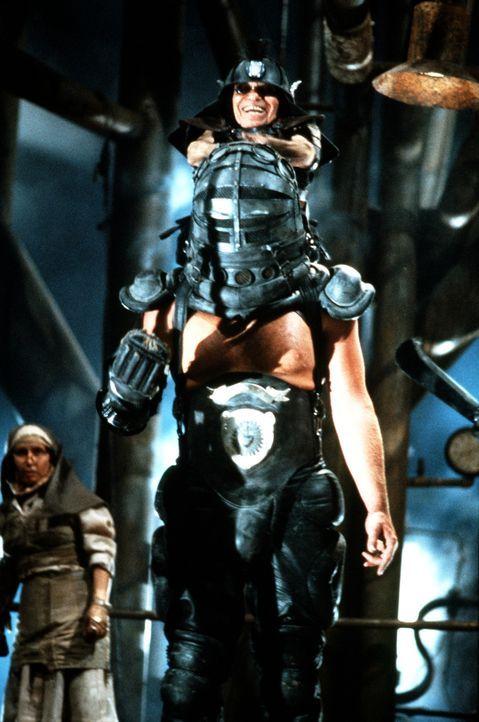 Eine gefährliche Kombination aus Kraft und Grips: Der Master- (Angelo Rossitto, oben) Blaster (Paul Larsson, unten) ist Max' Gegner in der Donnerkup... - Bildquelle: Warner Bros.