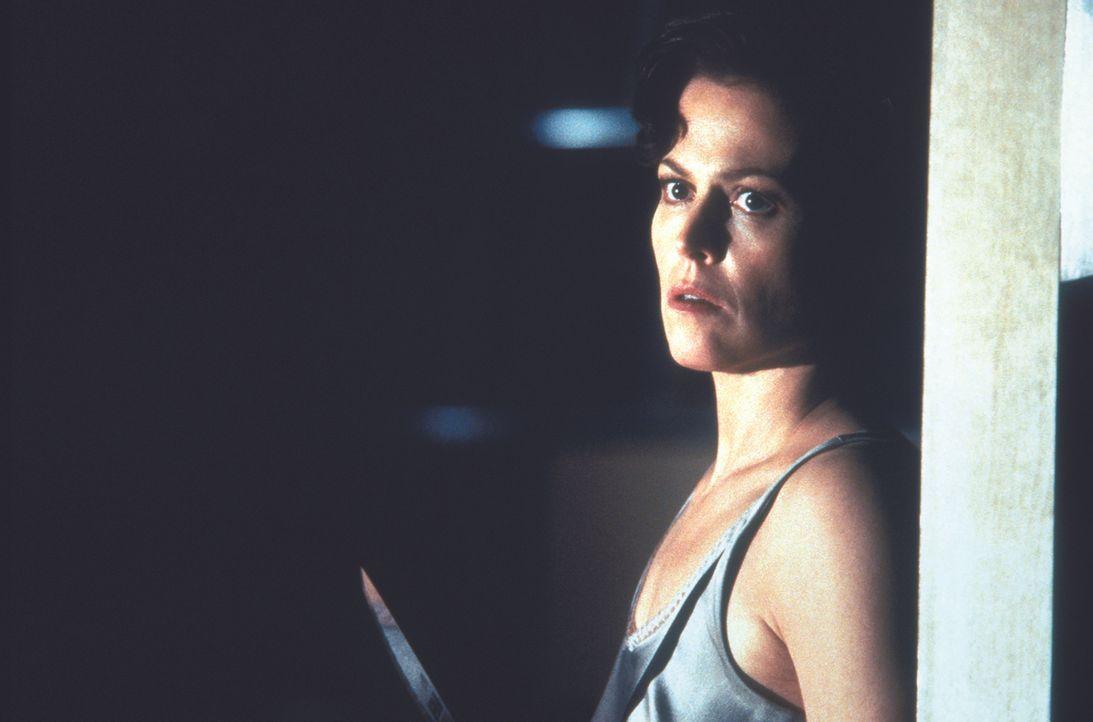 Nachdem die Kriminalpsychologin Helen Hudson (Sigourney Weaver) nur knapp einem Mordversuch entgeht, zieht sie sich völlig verstört zurück. Ein Jahr... - Bildquelle: Warner Bros.
