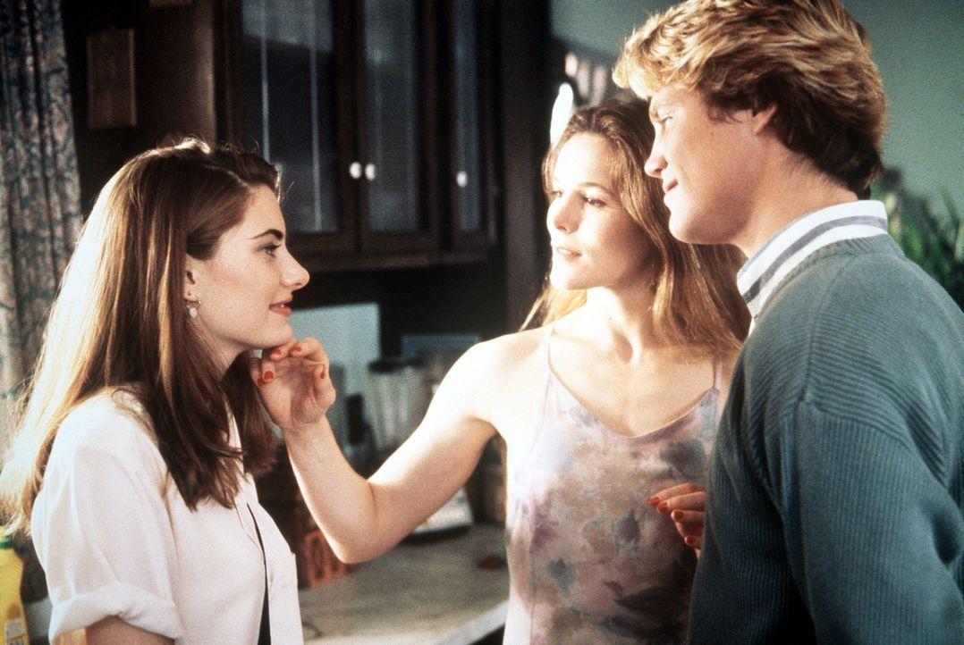 Eines Tages lernt die junge Tanya (Mädchen Amick, l.) Mary (Alice Krige, M.) und ihren Sohn Charles (Brian Krause, r.) kennen. Allerdings gehören... - Bildquelle: Columbia Pictures
