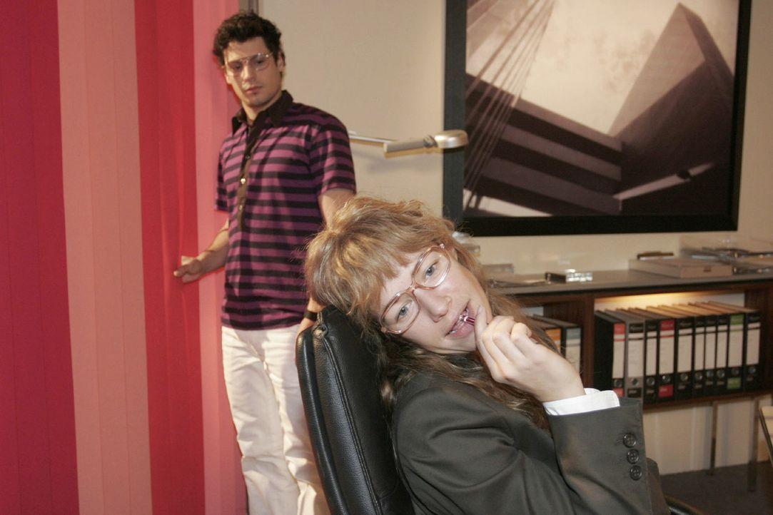 In Gedanken ganz bei David, hört Lisa (Alexandra Neldel, r.) Rokkos (Manuel Cortez, l.) geschäftlichen Ausführungen nicht zu. - (Dieses Foto von Ale... - Bildquelle: Noreen Flynn Sat.1