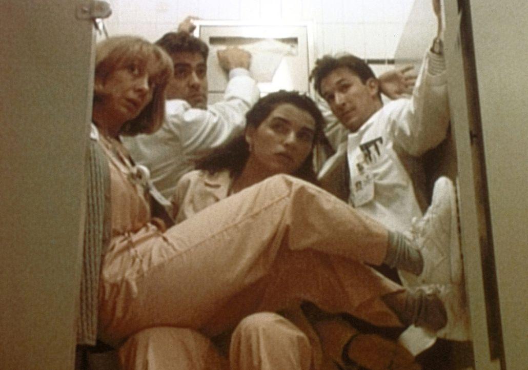 (v.l.n.r.) Wright (Ellen Crawford), Ross (George Clooney), Hathaway (Julianna Margulies) und Carter (Noah Wyle) verstecken sich kurzzeitig in der Da... - Bildquelle: TM+  WARNER BROS.