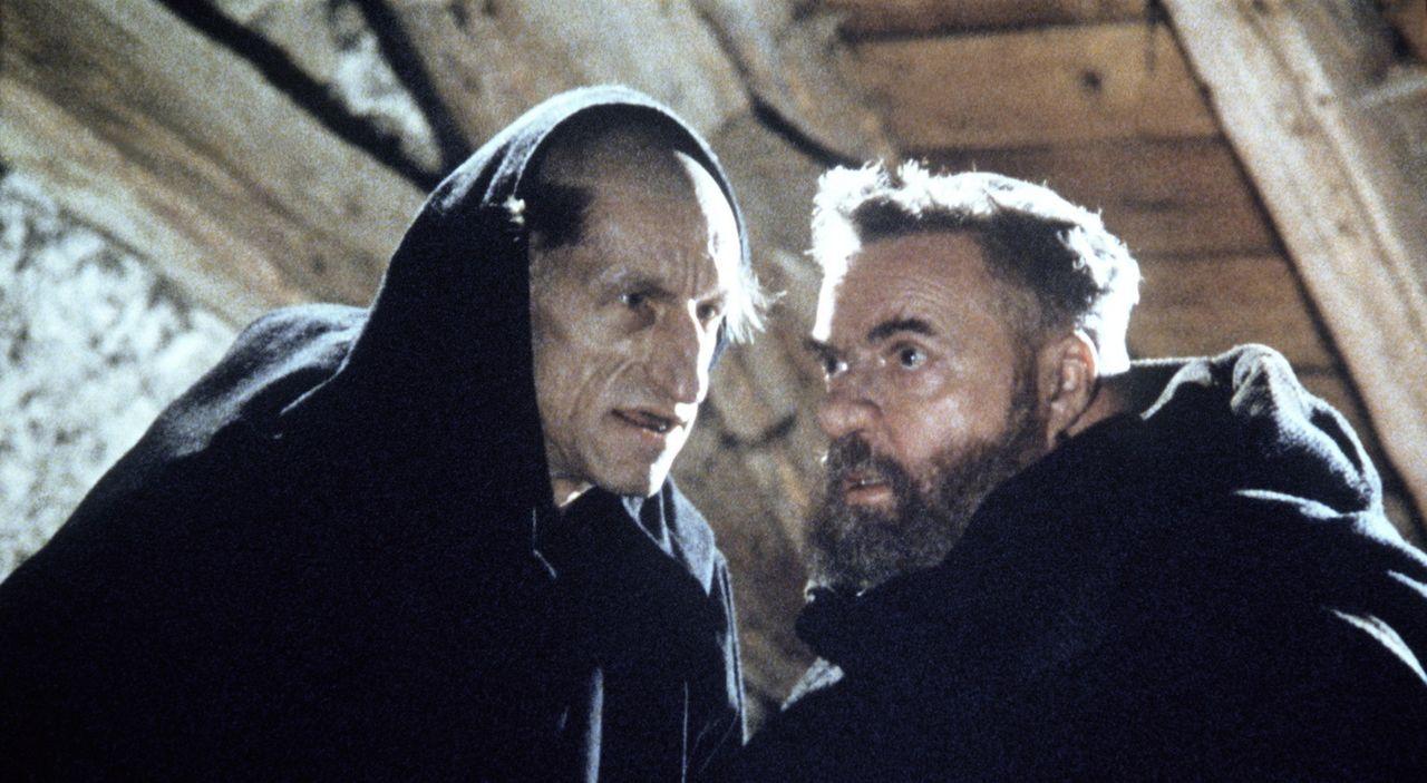 Remigio de Varagine (Helmut Qualtinger, r.) erhält von Bruder Malachias (Volker Prechtel, l.) bestürzende Neuigkeiten ... - Bildquelle: Constantin Film